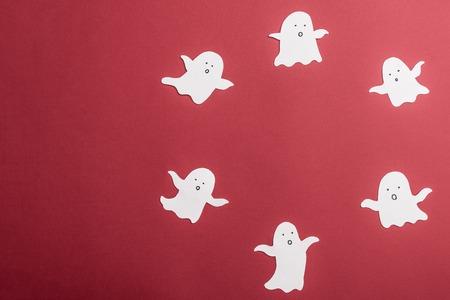 Fantômes traditionnels blancs en cercle sur fond rouge. Cadre pour logo haloween ant texte Banque d'images - 86790536