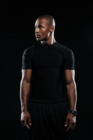 Portret van de jonge man van afro Amerikaanse sporten, weg kijken, geïsoleerd op zwarte achtergrond Stockfoto