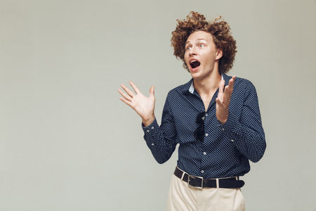 Image of young shocked retro man dressed in shirt standing and posing isolated. Looking aside screaming. Reklamní fotografie - 88231490