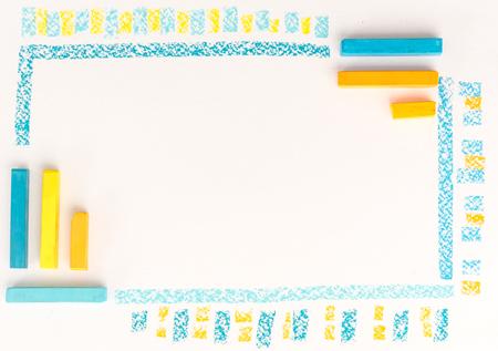 Gros plan de la craie de couleur dessin comme ligne rayée sur fond de papier blanc Banque d'images - 88182080