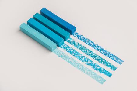 Blauwe kleur pastel crayon krijtjes over zijn eigen traceerlijn, geïsoleerd op witte achtergrond