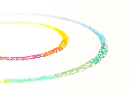 Geerntetes Foto von zwei Kreisen gezeichnet mit bunten Pastellkreiden auf weißem Hintergrund Standard-Bild - 88181177