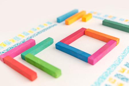 Foto ritagliata di un modello geometrico carino fatto di gessetti pastello colorati su sfondo bianco Archivio Fotografico - 88181395