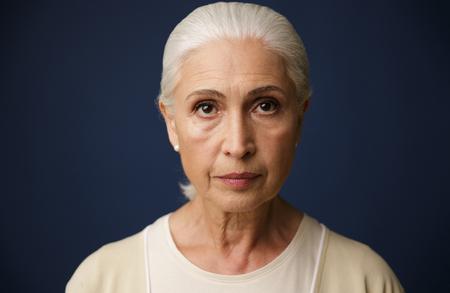 美しい老婦人のクローズアップポートレート、ダークブルーの背景