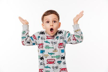서와 흰색 배경 위에 어깨를 shrugging 놀된 작은 아이의 초상화 스톡 콘텐츠