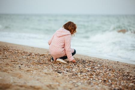 Nettes kleines Mädchen , das am Strand spielt Standard-Bild - 93251151