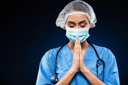 Médico Serio En Máscara Médica Y Gorra Mirando A Cámara Y Tomados ...