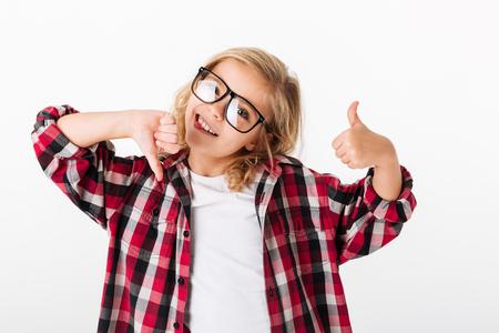 엄지 손가락을 보여주는 안경에 즐거운 어린 소녀의 초상화와 흰색 배경 위에 절연 엄지 손가락 스톡 콘텐츠