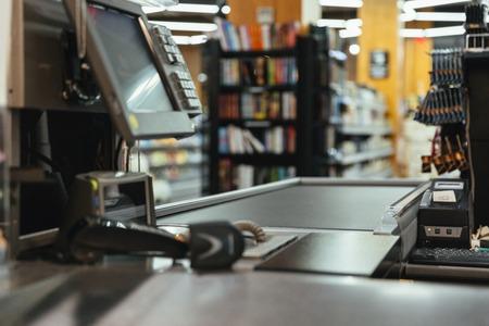 スーパーマーケットの空のレジデスク