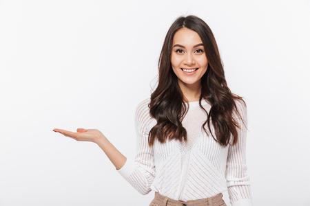 Portret van een gelukkige Aziatische het exemplaarruimte van de onderneemsterholding die over witte achtergrond wordt geïsoleerd Stockfoto