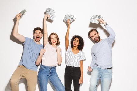 Grupo de personas multirraciales felices sosteniendo billetes de dinero y celebrando aislado sobre fondo blanco.
