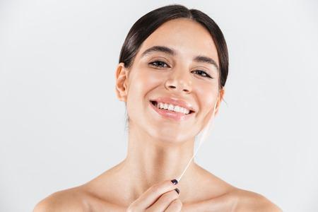Portrait de beauté d'une jolie femme en bonne santé debout isolé sur blanc Banque d'images