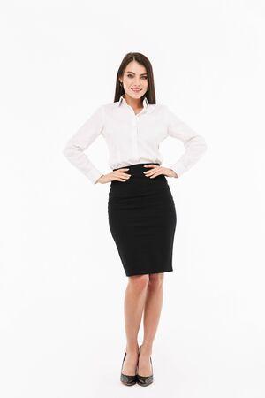 Ganzaufnahme einer attraktiven jungen Geschäftsfrau, die formelle Kleidung trägt