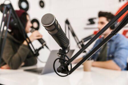 Due conduttori radiofonici che moderano uno spettacolo dal vivo per la radio