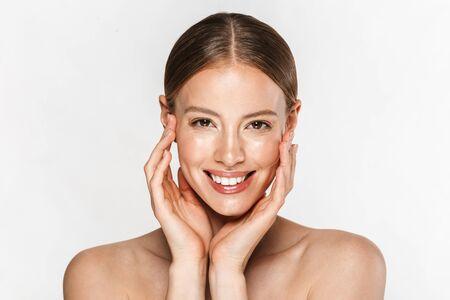 Image de belle femme souriant à la caméra et touchant son visage isolé sur fond blanc Banque d'images