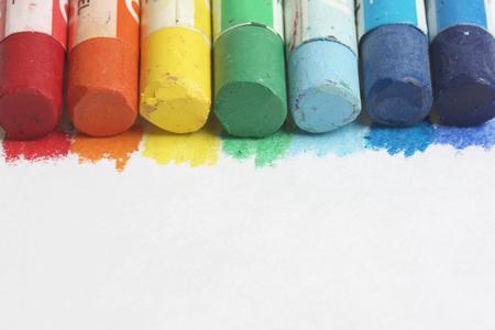 colores pastel: Establecer arte en colores pastel sobre un fondo blanco. Colores del arco iris. l�pices de colores pastel se encuentran a lo largo de la parte superior del bastidor Foto de archivo