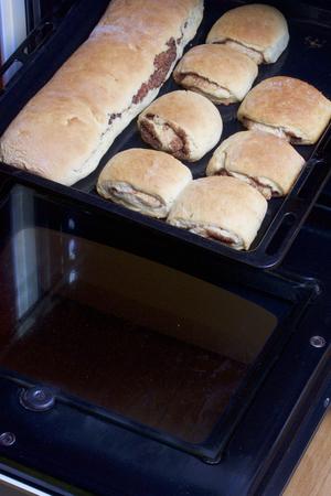 シナモン ロールの準備。天板は、オーブンからを取り出した。準備ができてパンとそれにシナモン ロールがあります。