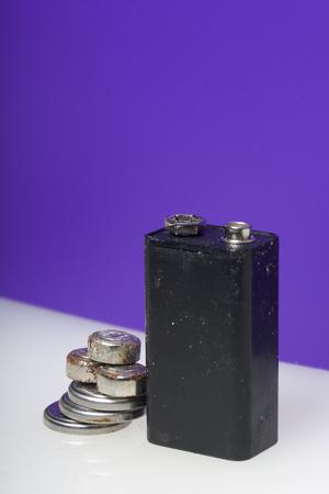 様々 な形や大きさの腐食電池。薄紫色の背景の白い表面に散在します。環境の保護はリサイクル バッテリーを使用しました。