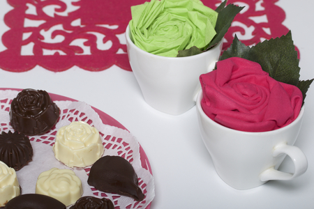 Homemade cheese curds. Cups with paper flowers are next to them for decoration. Banque d'images - 115281468