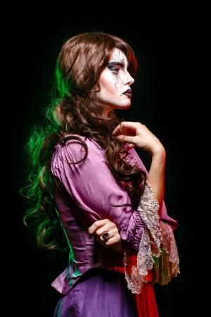beldam: Ragazza a immagine di una strega con una teatrale make-up in studio shot