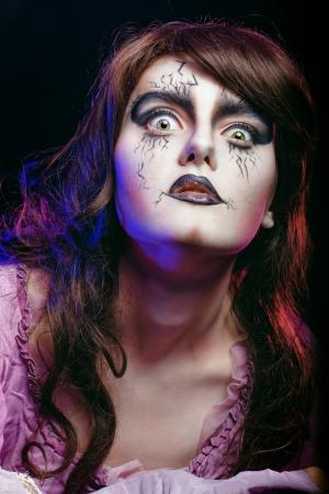 harridan: Muchacha en la imagen de una bruja con un maquillaje teatral en tiro del estudio Foto de archivo
