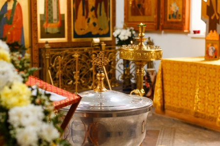messa: Orthodox Church and the interior, a cross and candles during worship Stock Photo