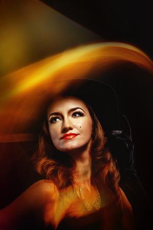 beldam: Ritratto di una giovane ragazza attraente in un costume di strega per Halloween girato con tecniche di luce mista Archivio Fotografico