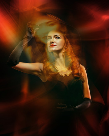 harridan: Retrato de una chica joven y atractiva en un traje de bruja para Halloween tomadas con t�cnicas de luz mixta