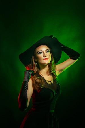 beldam: Ritratto di una giovane ragazza attraente in un costume di strega per Halloween Archivio Fotografico