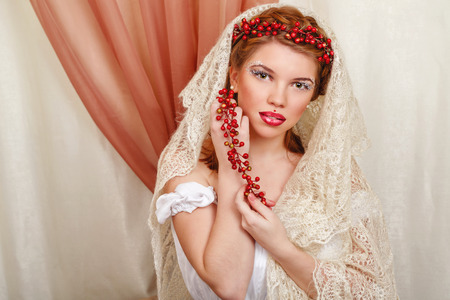 ni�as sonriendo: Muchacha hermosa joven con un maquillaje inusual que lleva una bufanda de punto
