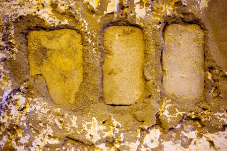 paredes de ladrillos: Ladrillo sucio con grietas y astillas tiro de primer plano, tintado de color