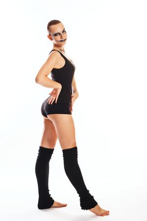 mimo: Bailar�n joven chica delgada con un maquillaje inusual mimo bailando bailes modernos