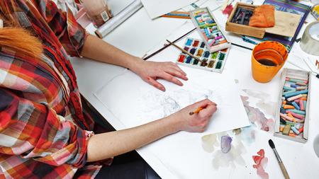 femme dessin: L'artiste peint une image de croquis au crayon. fond d'art Banque d'images