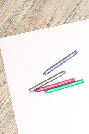 colores pastel: Pasteles de colores azul, gris, rojo y verde en una hoja de papel en blanco. Espacio para el texto. El concepto de dibujo y dise�o.
