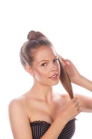 desnudo artistico: Retrato de una muchacha adolescente con maquillaje natural, el cabello y la piel limpia. Chica sonriendo y acariciando su cabello Foto de archivo