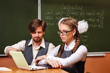 diligente: C�lculo Lecci�n. El profesor lleva a cabo sesiones individuales con un estudiante diligente. El concepto de la educaci�n moderna. Foto de archivo