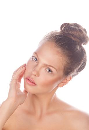 modelos desnudas: Alta look de moda. Retrato de una muchacha adolescente con maquillaje desnuda, el pelo y la piel limpia. Aislado en el fondo blanco. Foto de archivo