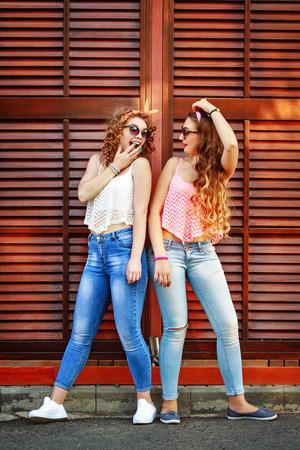 親友は、ピンまでのスタイルで服を着ています。女の子は笑います。真の友情の概念。