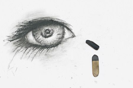 boceto: The human eye is drawn in charcoal on paper. The concept of creativity.