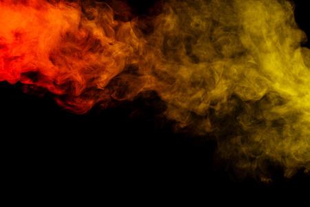 sustancias toxicas: Arte abstracto. Colorido hookah humo rojo y amarillo sobre un fondo negro. Antecedentes para Halloween. Niebla textura. Elemento de dise�o. El concepto de sustancias t�xicas.