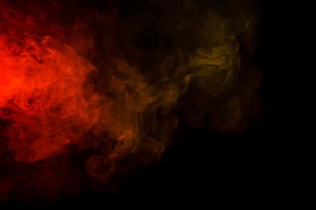 sustancias toxicas: Arte abstracto. Colorido hookah humo rojo y amarillo sobre un fondo negro. Antecedentes para Halloween. Niebla textura. Elemento de diseño. El concepto de sustancias tóxicas.