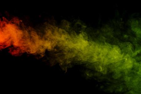 sustancias toxicas: Arte abstracto. Colorido hookah humo rojo y verde sobre un fondo negro. Antecedentes para Halloween. Niebla textura. Elemento de dise�o. El concepto de sustancias t�xicas.
