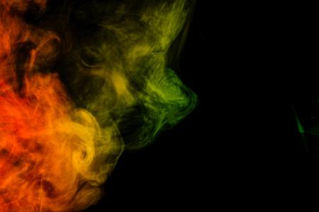 sustancias toxicas: Arte abstracto. Colorido hookah humo rojo y verde sobre un fondo negro. Antecedentes para Halloween. Niebla textura. Elemento de diseño. El concepto de sustancias tóxicas.