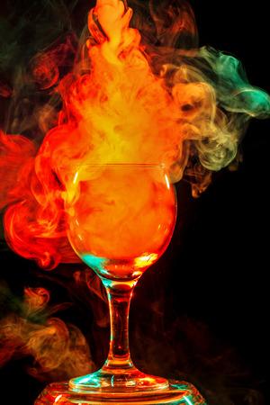 arte abstracto: Arte abstracto. humo de pipa de agua en vaso de coctel de naranja sobre un fondo blanco. Bruja fondo poción para Halloween. barra bebida inusual. Beber en el vaso con el efecto de hielo seco.