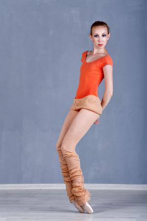 danza clasica: joven bailarina delgada ensaya baile. La muchacha en pointe poniéndose de puntillas. Actuación. El concepto de la danza clásica. Foto de archivo