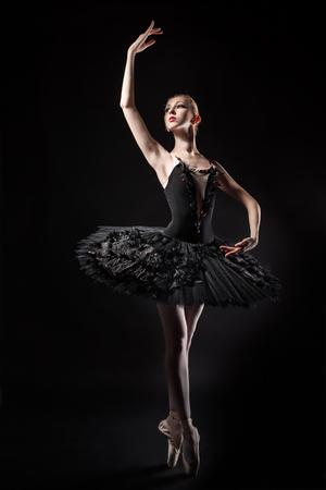 zapatillas ballet: bailarina delgada en un corsé negro y tutú negro. Ensayo en el teatro. Ballet Clásico. Foto de archivo
