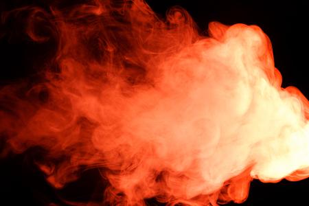humo: Arte abstracto. Hookah humo rojo sobre un fondo negro. Inhalación. El generador de vapor. El concepto de gas venenoso. Gas. Foto de archivo