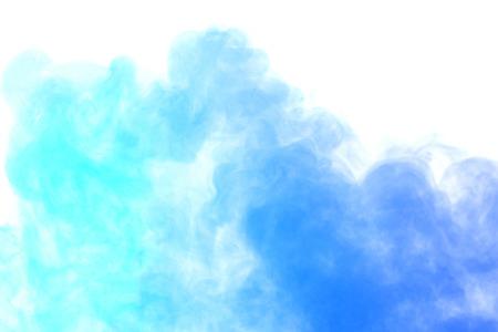 Abstracte blauwe waterdamp op een witte achtergrond. Textuur. Design elementen. Abstracte kunst. Stoom de luchtbevochtiger. Macro schot. Stockfoto