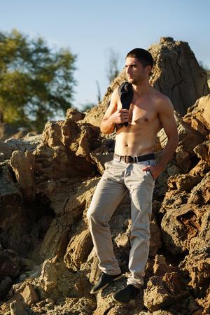 hombres sin camisa: Man posing shirtless. Men beauty. Street fashion.