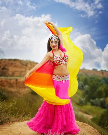 bailarinas arabes: Belleza oriental danza del vientre. Niña bonita en el baile nacional vestido con mantón al aire libre. Nomads.